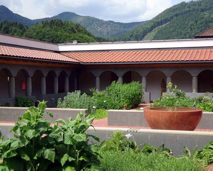 Ein zentrales Element bei der Gartengestaltung ist die Brunnenschale, die nicht das Zentrum markiert.