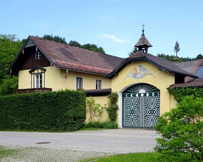 Über dem Tor zum Klosterhof trohnt das Glöckchen.