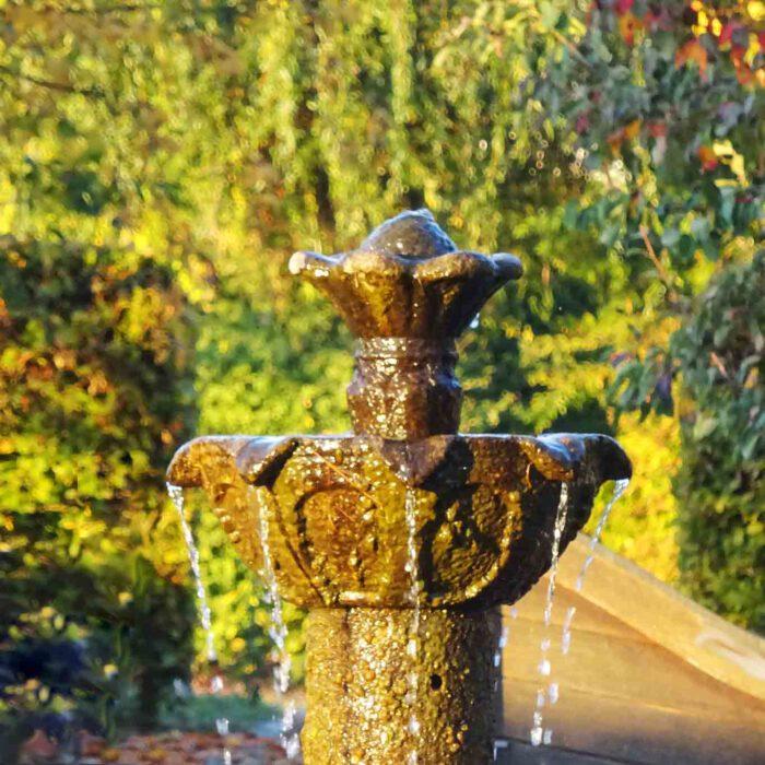 Der wasserspendende Brunnen bildet den Mittelpunkt des Klostergartens - entsprechend den klassischen Vorgaben.