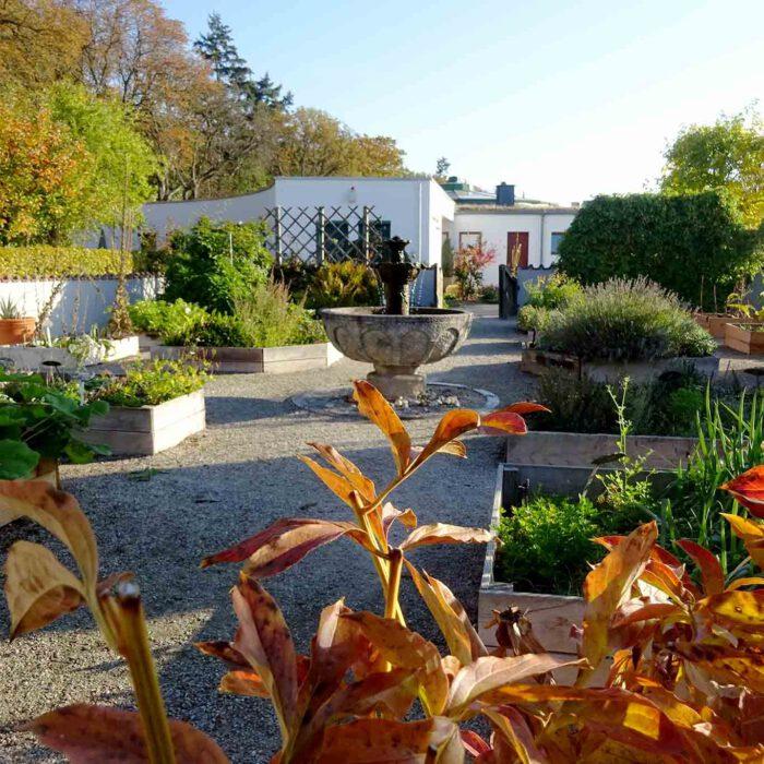 Gartenidylle im Heilkräutergarten des Hildegardforums auf dem Rochusberg.