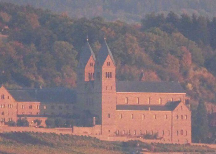 Abtei St. Hildegard im Morgendunst
