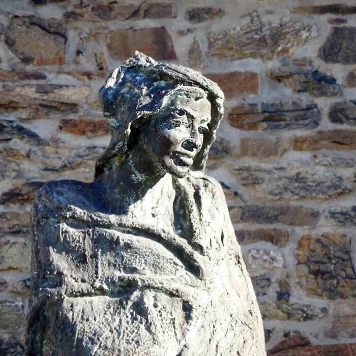 Bronzestatue der Heiligen Hildegard von Bingen vor der Kirche in Rupertsberg unweit des Standortes ihres ersten Klosters.