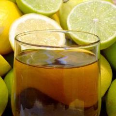 Ein Schuss Zitrone in den Tee bringt eine kleine Portion Vitamin C.