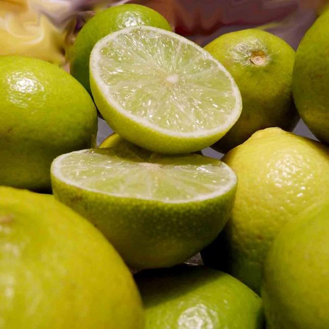 Limetten sind die kleinen grünen würzigen Verwandten der Zitronen. Ihr Gehalt ist deutlich geringer als der knallgelben Verwandtschaft.