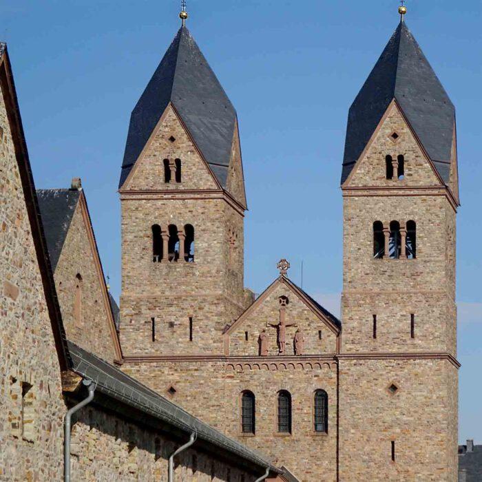 Die Türme der Stiftskirche der Eibinger Abtei St. Hildegard.