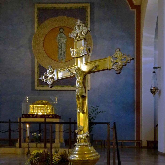 Der Schrein mit den Gebeinen steht oberhalb des Altars im Zentrum des Kirchenschiffes.