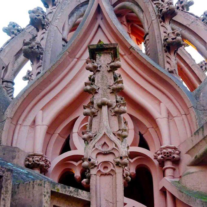 Die Rochuskapelle bei Bingen am Rhein erinnert an die erste grosse Pest 1661 und beherbergt eine Reliquie Hildegards von Bingen.