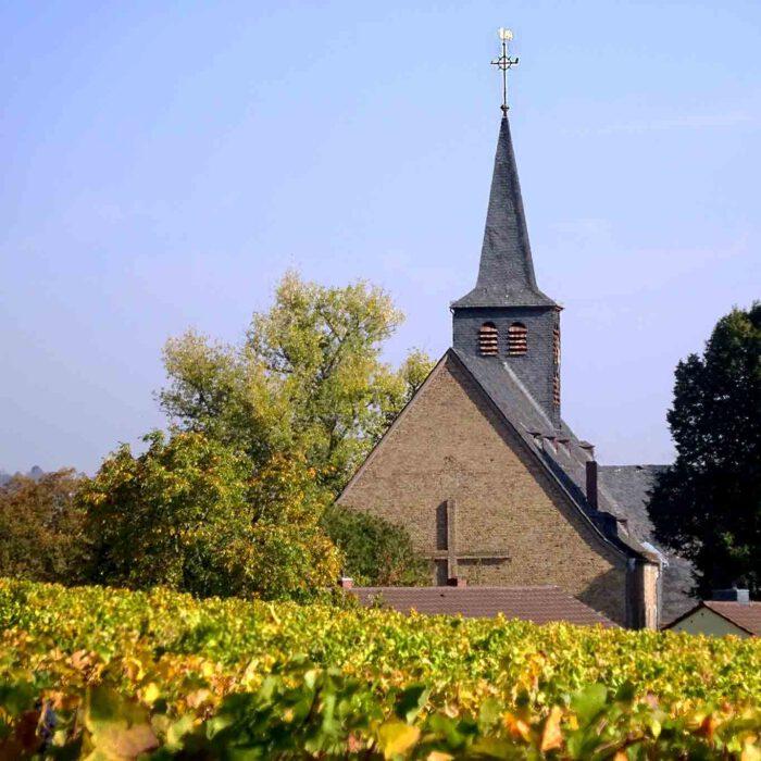 Die Eibinger Pfarrkirche Johannes des Täufers ist zugleich die Wallfahrtskirche St. Hildegard.