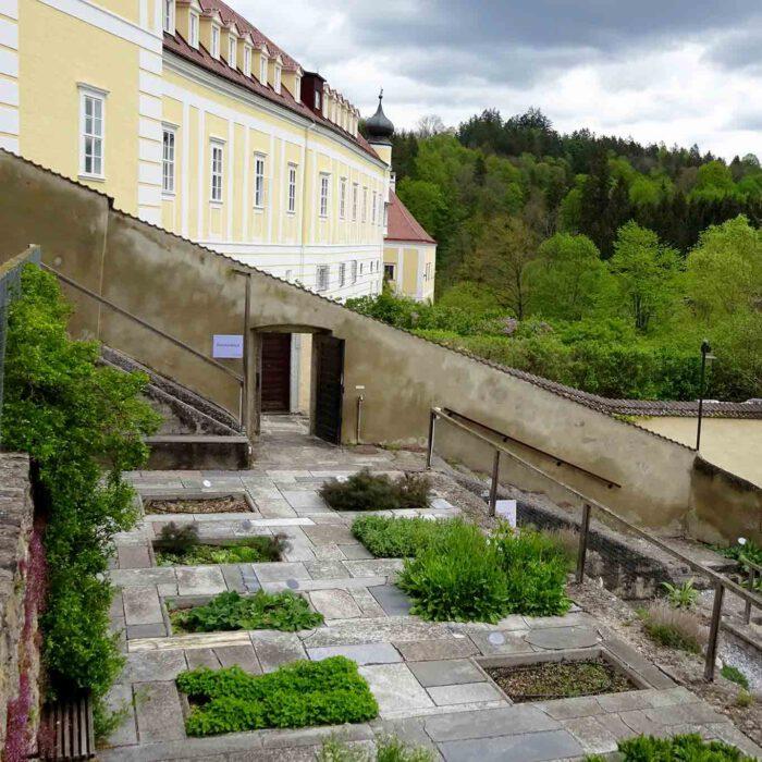 Blick auf die Terrassengärten des Stifts Zwettl.
