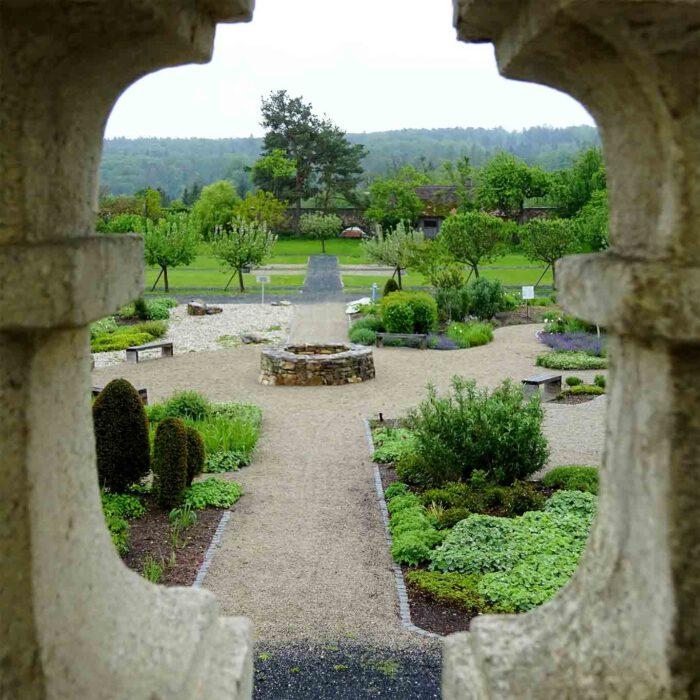 Durchblick in den Garten der Religionen.