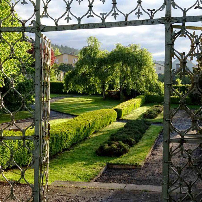 Das rostige Eingangstor zum Kräutergarten in Geras.