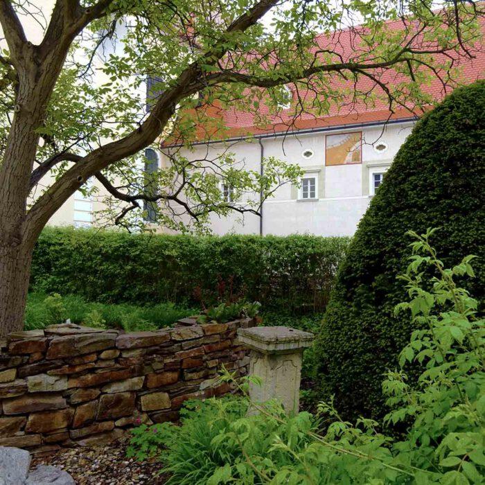 Blick in den Schöpfungsgarten im Stift Altenburg.