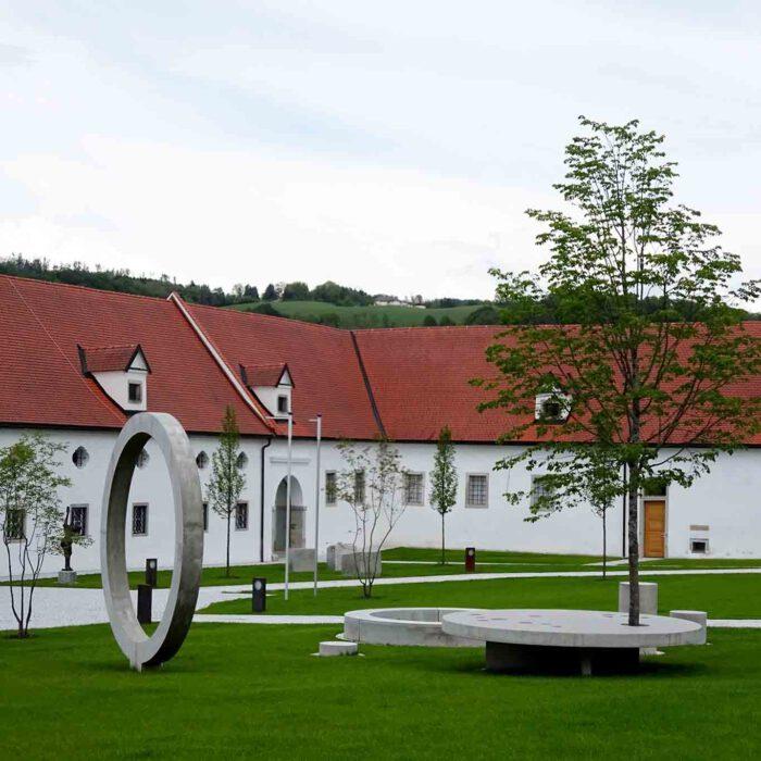 Der Stiftspark und die Stiftskirche bergen Überraschungen für den aufmerksamen Besucher.