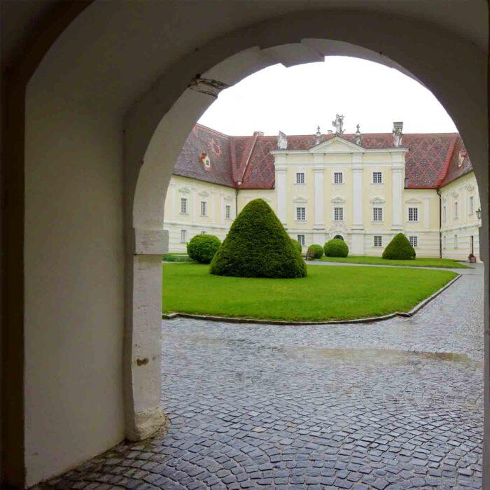 Durchblick in den repräsentativen Prälatenhof des Stiftes Altenburg.