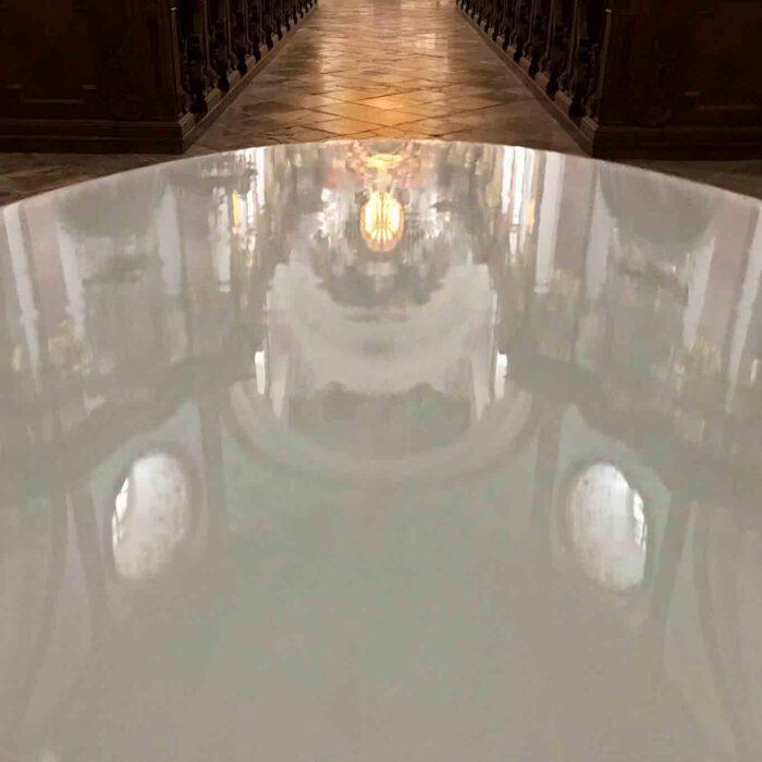 Wie ein Spiegel wirkt die Oberfläche des modernen Weihwasserbeckens.