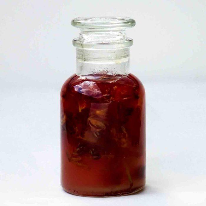 Johanniskrautöl wird durch Mazeration gewonnen, wobei die Pflanzenteile durch kaltgepresstes Öl aufgeweicht werden. Die Inhaltsstoffe des Johanniskrauts vermischen sich mit dem Öl und färben es rot.