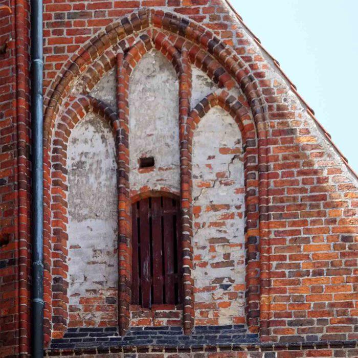 Stabilisierende Elemente im gotischen Mauerwerk als Schmuck.