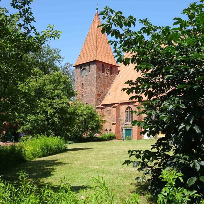 Die Klosterkirche Ebstorf vom Süden aus gesehen.