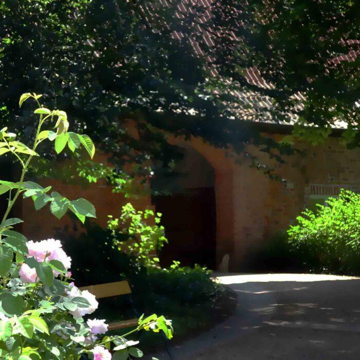 Das grüne Tor mit der Hausnummer 10 ist zugleich der Eingang zum Klosterhof.