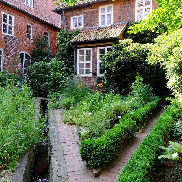 Die Aufteilung des kleinen Gartens folgt den Gesetzmässigkeiten der Geometrie.
