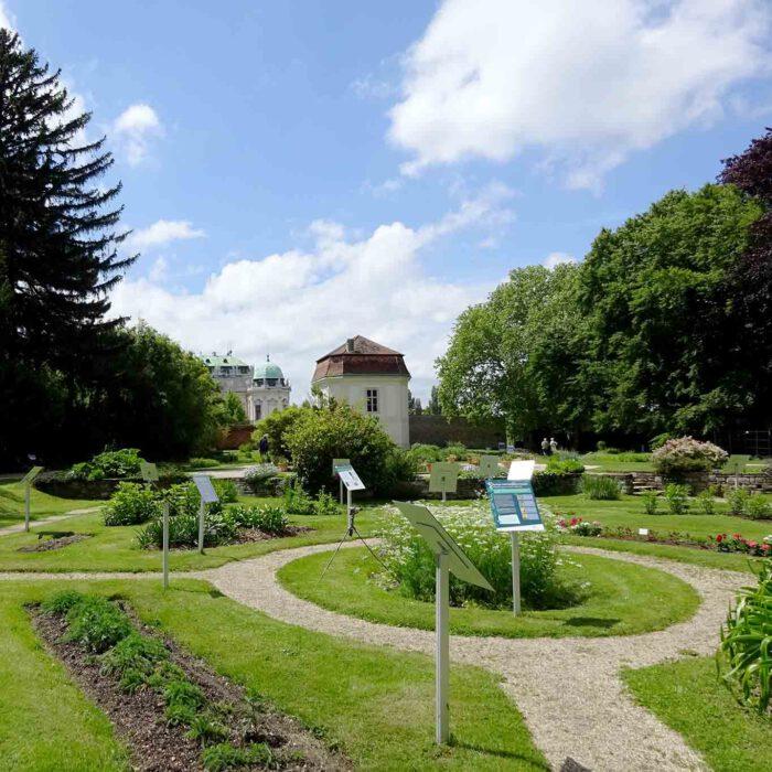 In der Mittelachse wirkt der Garten wie eine seitliche Verlängerung des Belveders.