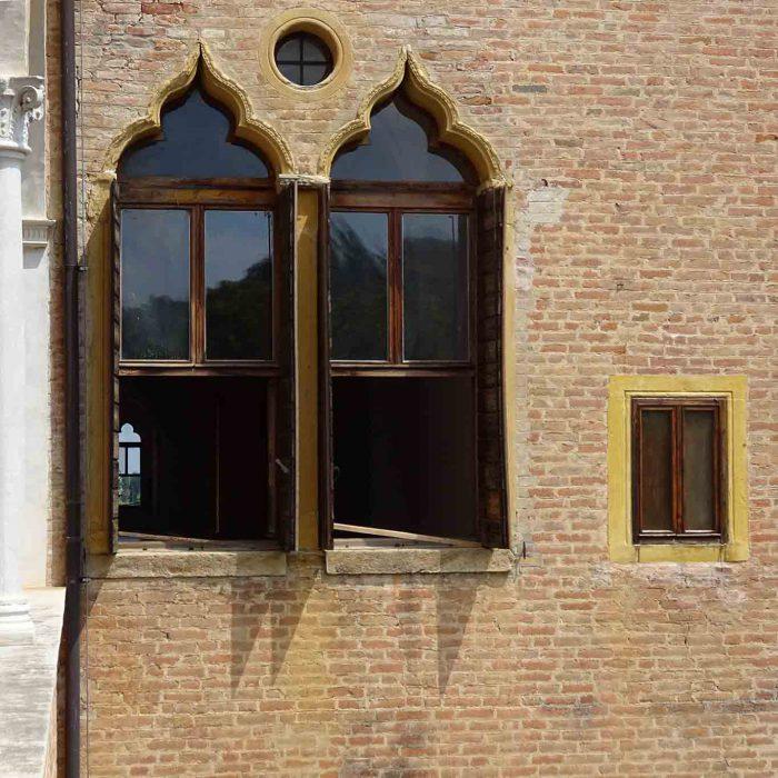 Die Klimaanlage des Klosters läuft: die Fenster sind offen.