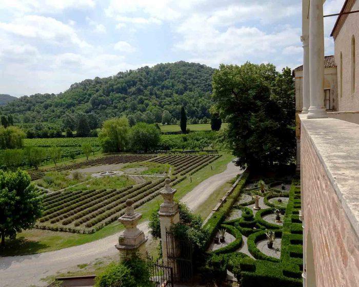 Die Gärten sind Teil der Klausur und daher der Öffentlichkeit nicht zugänglich.