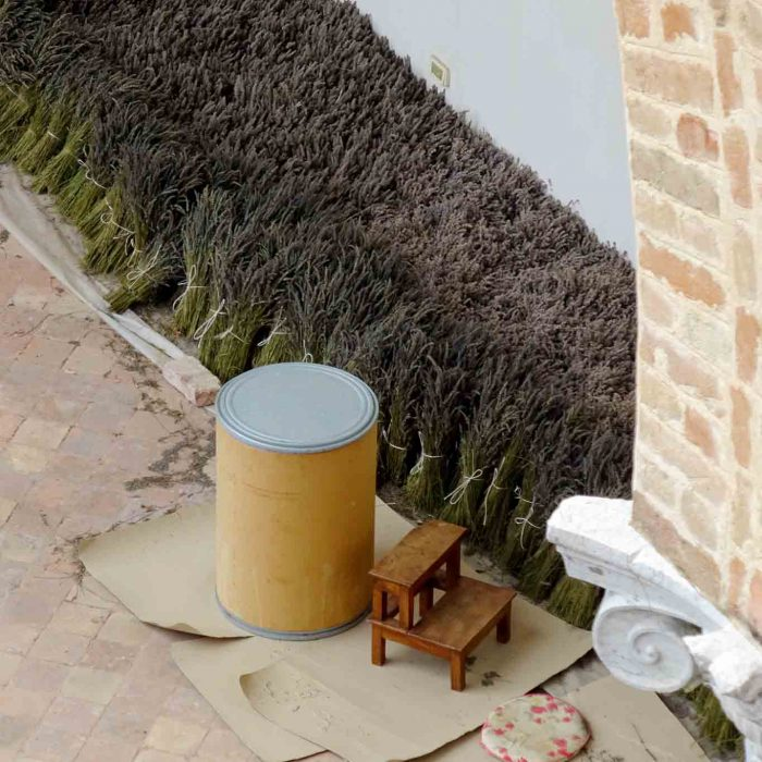 Die Aufbereitung der Kräuter erfolgt nach wie vor in traditioneller Handarbeit.
