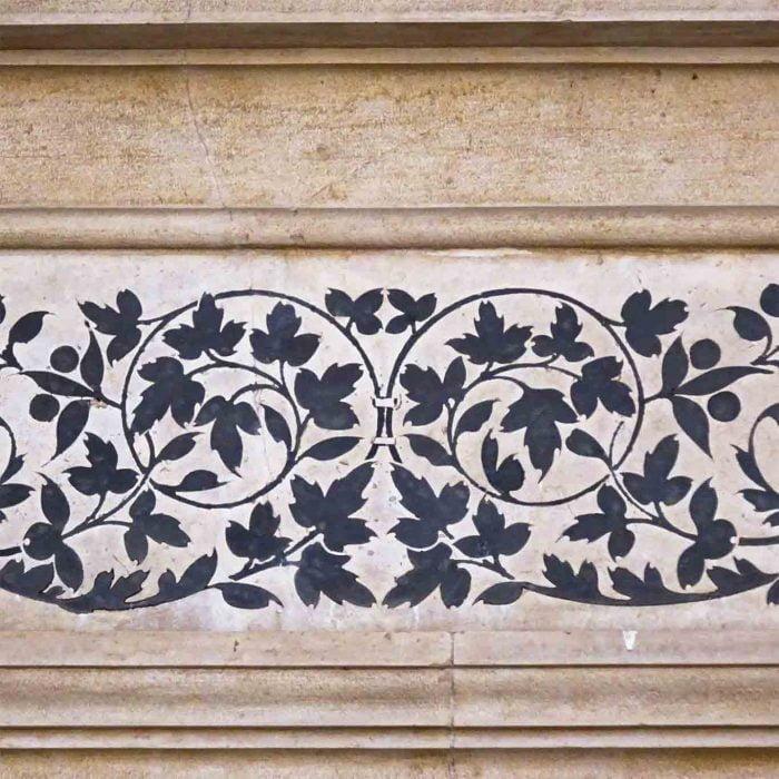 Wertvolle Steinintarsien schmücken die Fassaden der Abtei.