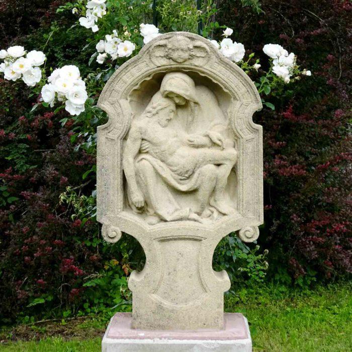 An der Pieta müssen die Bienen vorbei zu ihren heimatlichen Stöcken.