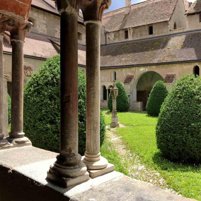 Der Kreuzgang bietet Schatten und meditative Ausblicke in den Garten.