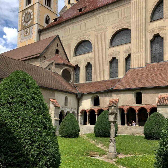 Blick auf den Dom aus dem Kreuzgang.