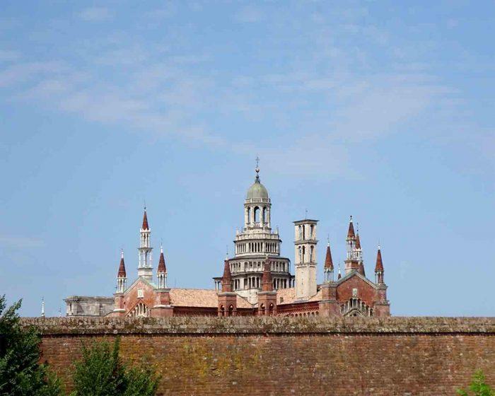 Wie eine Stein gewordene Hochzeitstorte beeindruckt die Certosa di Pavia mit ihrer Pracht.