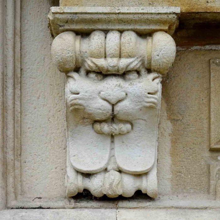 Der einzige Löwe ander Fassade, dem der Strick zu schmecken scheint.