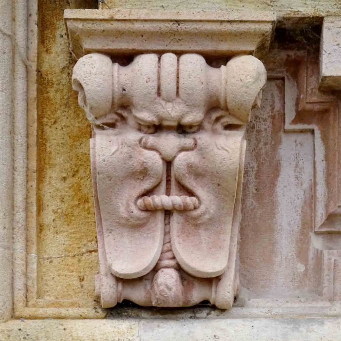 Eine knurrige Fratze ziert das Gemäuer des ehrwürdigen Klosters.
