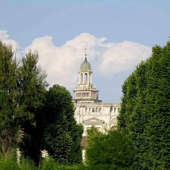 Von Weitem künden die Türme des Klosters Certosa di Pavia  in den grünen Reisfeldern mit ihren verzweigeten und romantischen Kanälen.