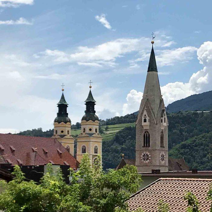 Die linken beiden Türme gehören zum Dom von Brixen.