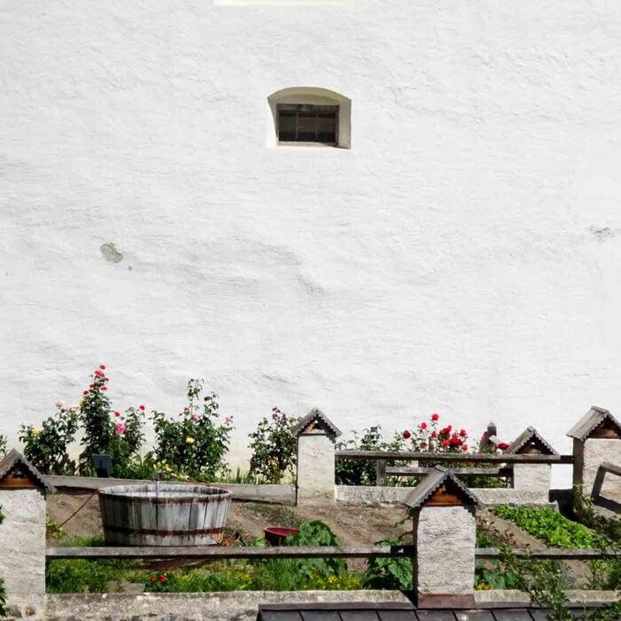 Nur die Rosen schmiegen sich an die weissen Mauern des Klosters.