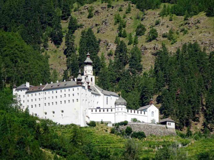 Wie aus einer anderen Zeit leuchtet das Kloster ins Tal.