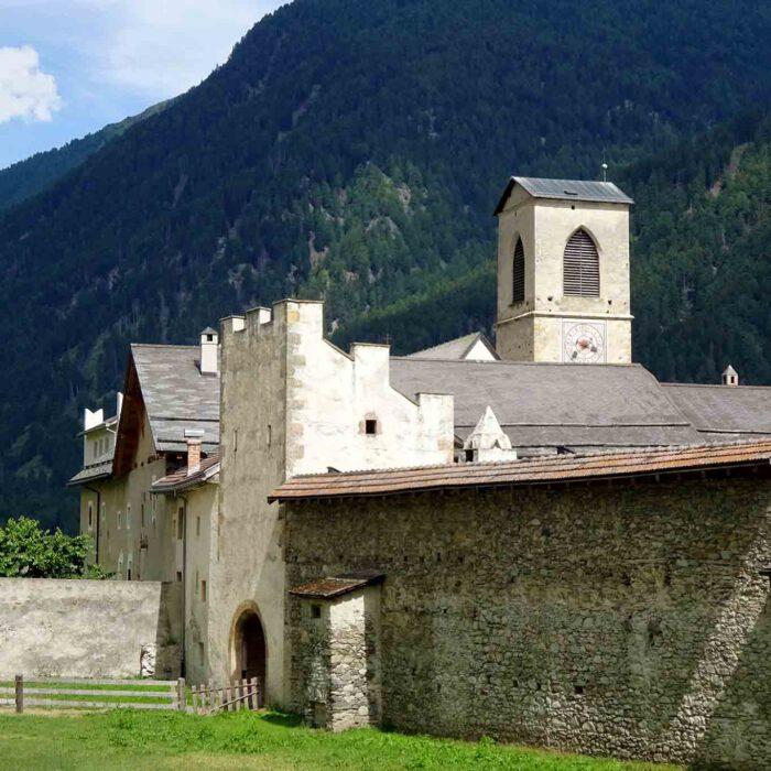 Kompakt drängen sich die Gebäude um den Klosterkern, den ehemaligen Wachturm.