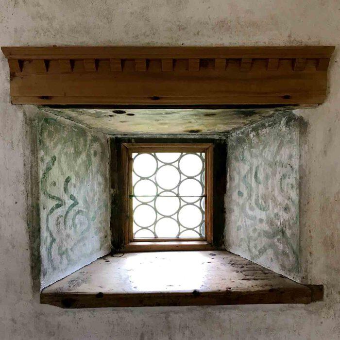 Dicke Mauern und Fresken aus romanischer Zeit.