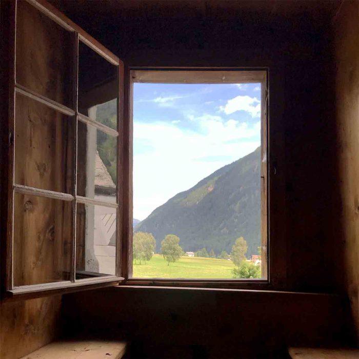 Berge. Überall Berge, wenn man aus dem Fenster schaut.