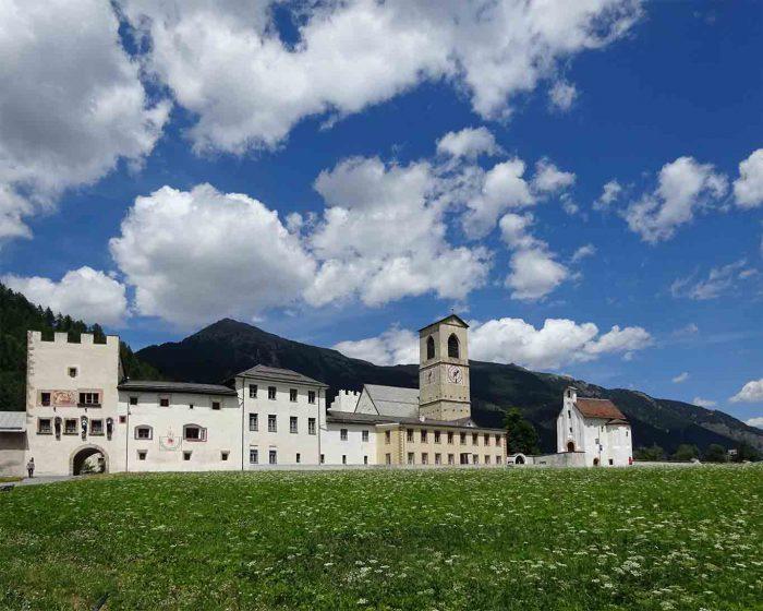 Das Kloster Müstair liegt direkt an der Verbindungsstrasse zwischen der Schweiz und Italien.