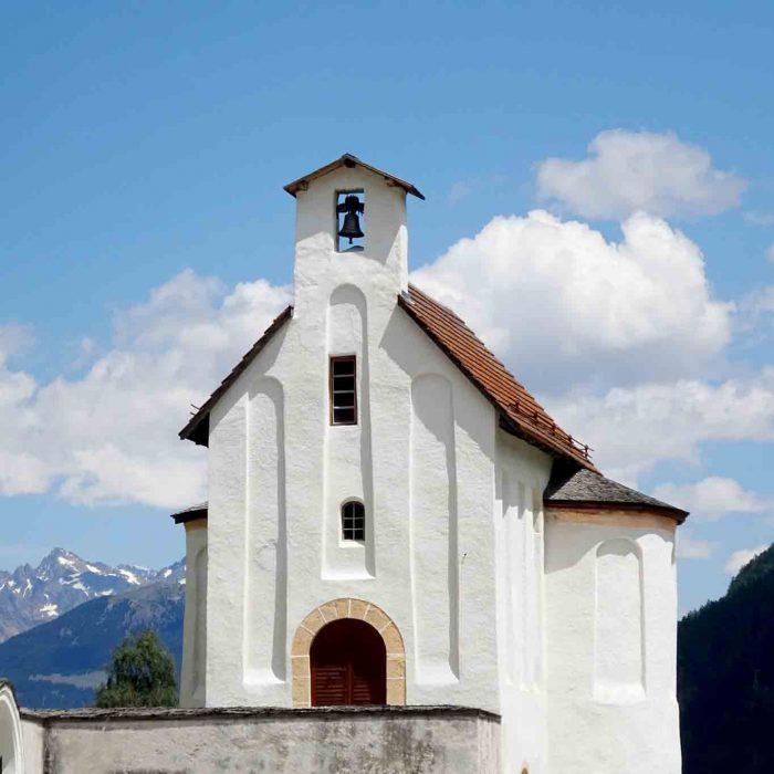 Stolz und strahlend grüsst die Heiligkreuzkapelle an der Strasse.