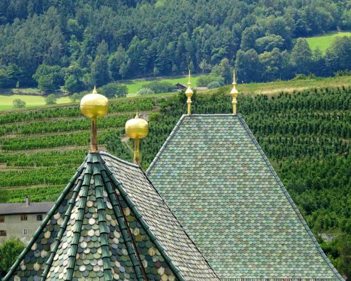 Die bunten Dachschindeln sind das Markenzeichen für die Tiroler Architektur.