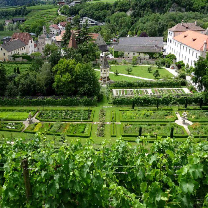 Wein, Blumen, Kräuter und Obst bringen die Gärten des Klosters hervor.