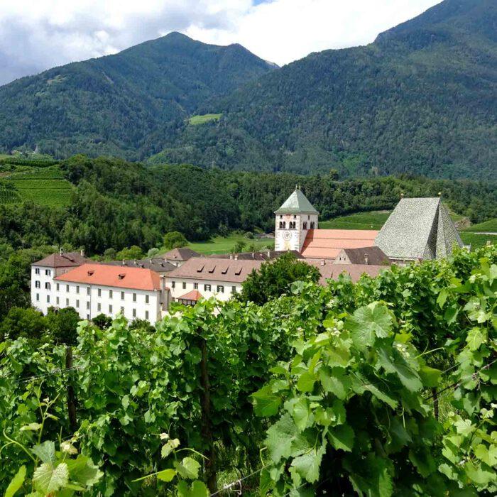 Das grösste Kloster Tirols ist das Augustiner-Chorherrenstift Neustift in der Nähe von Brixen. Die Gärten sind nur mit Führungen zu besichtigen.