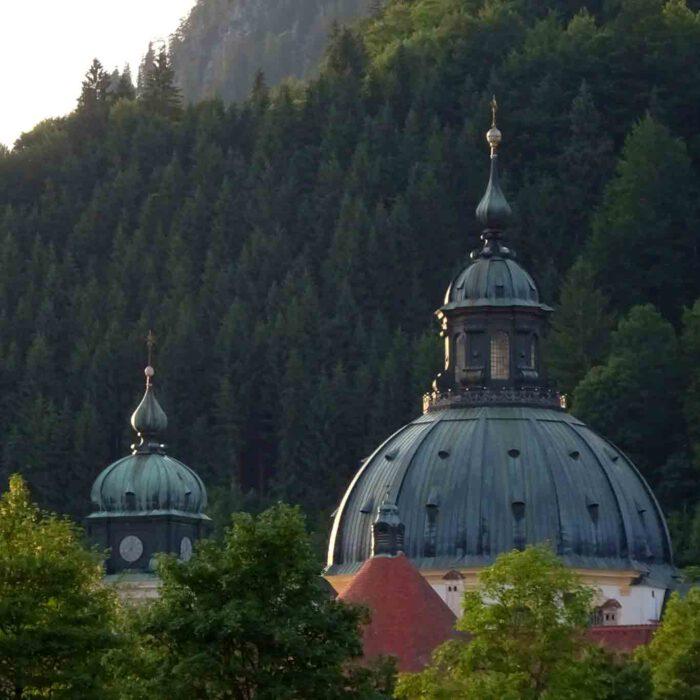 Die grosse Kuppel ist das Wahrzeichen des Kloster Ettals. Sie verkörpert das neue Jerusalem.