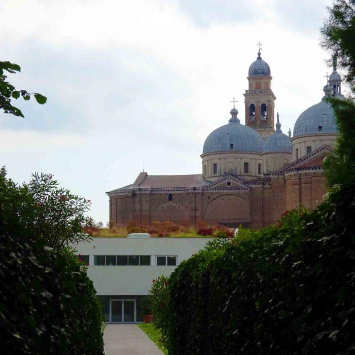 San Domenico überragt den Garten der Biodervisität.