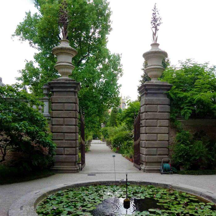 Das Osttor des historischen botanischen Gartens der Universität Padua.